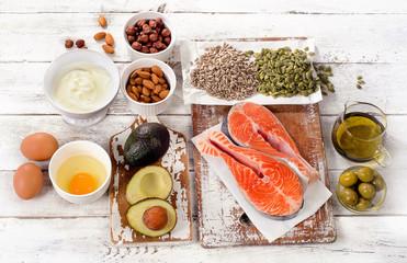糖質と同様にエネルギー源となるのが脂質です。 この他には、神経物質や臓器、細胞などの構成に必要とされ、ビタミンの運搬にも欠かせません。