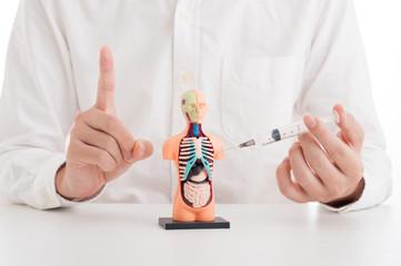 日本の医療現場ではあり得ませんが、海外などで治療を受ける際には注射器の使い回しには注意しましょう。