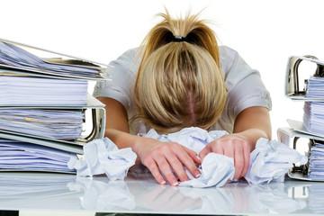 栄養不足や日々の疲れ、ストレスが原因で防衛機能が低下し、風邪を引く。