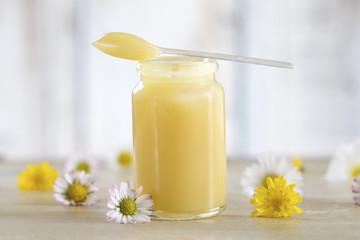 ローヤルゼリーには、必須アミノ酸の全9種の他にも非必須アミノ酸やビタミン類など数十種類もの栄養素が含まれています。