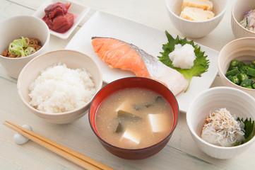 日々の食事からバランスよく栄養を摂取することで、腸内に刺激を与え免疫力を高めることができます。