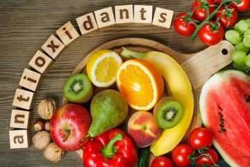 ビタミンA・C・Eなど。 これらビタミンを豊富に含む食材を摂取することが効果的