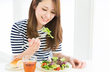 便秘の解消には食生活の改善が重要です。
