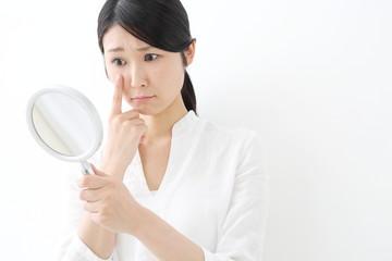 光老化の症状としては、お肌のざらつきやシワ、くすみなどが多く見られます。 そして、それらが現れるのは35歳ごろからと意外と早い段階からなのです。