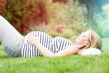 ミドリムシにも含まれる葉酸は、妊娠前から妊娠初期にかけて、胎児が健康的に生育するために欠かせない栄養素として知られています。
